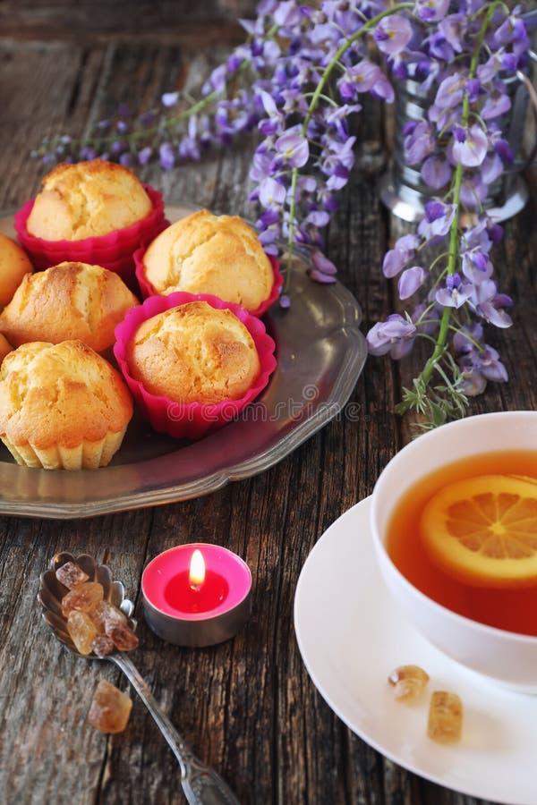 Чай весны: булочки лимона, чай и цветя глициния стоковые фотографии rf