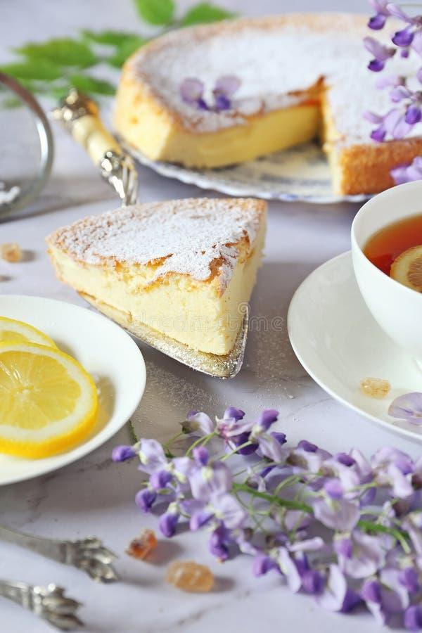 Чай весны: торт губки савойя, цветя глициния и чай лимона стоковые фотографии rf