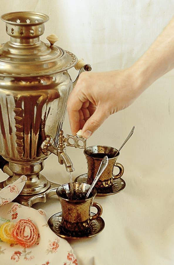 Чай выпивая с самоваром в русском стоковые изображения rf