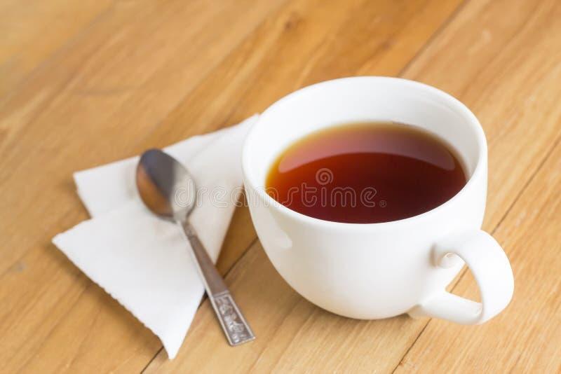 Чай в кружке и ложке на деревянной доске стоковое изображение rf