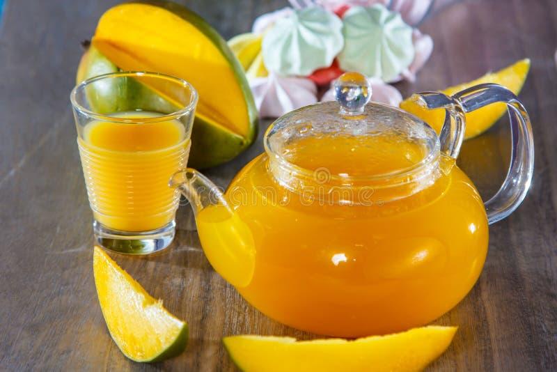 Чай в стеклянном чайнике манго стоковое изображение
