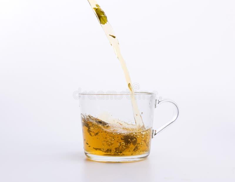 Чай гибискуса лить в чашке изолированной на белой предпосылке стоковые изображения rf