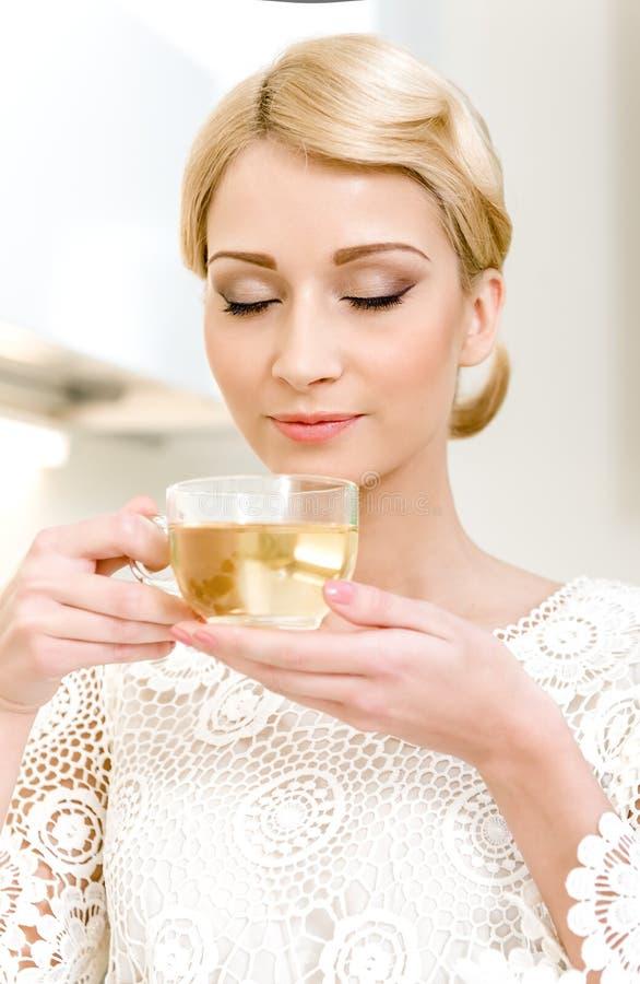 Чай девушки выпивая стоковые изображения rf