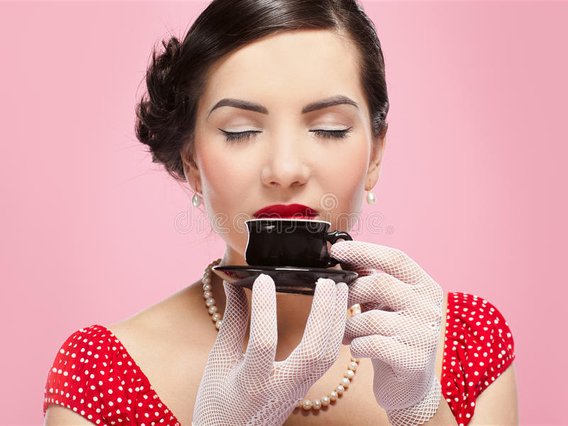 чай девушки чашки стоковые фото