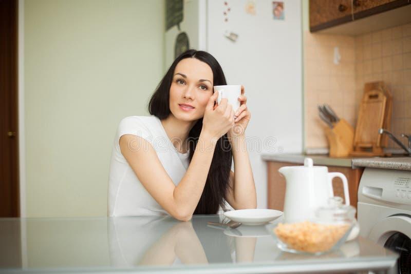 Download Чай девушки выпивая в Moring Стоковое Фото - изображение насчитывающей muesli, красивейшее: 41657824