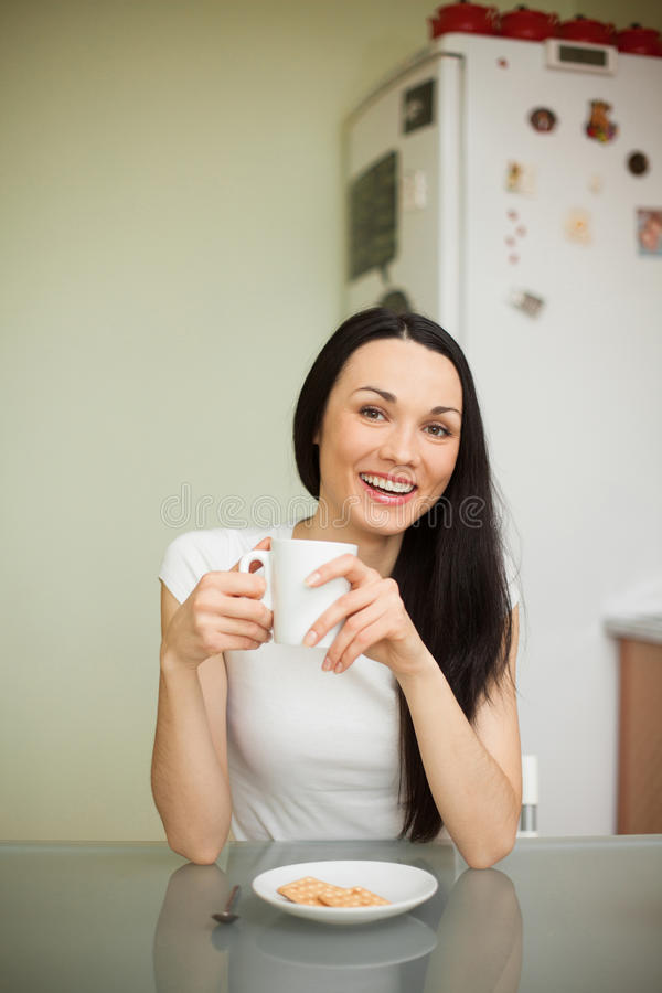 Download Чай девушки выпивая с печеньем в утре Стоковое Изображение - изображение насчитывающей модель, одежды: 41657817