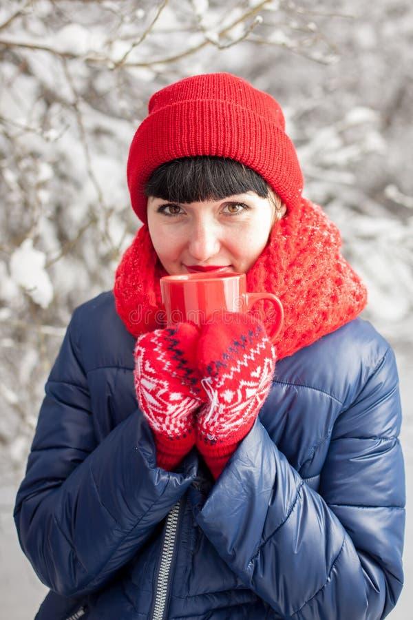 Чай девушки выпивая outdoors стоковые фотографии rf