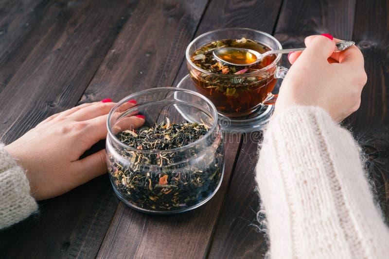 Чай женского brew травяной стоковые фото