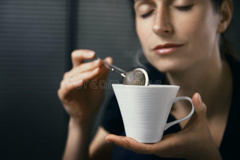 Чай женщины выпивая стоковая фотография rf