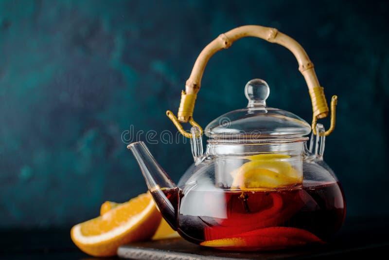 Чай заваренный с плодоовощами в чайнике стоковые изображения