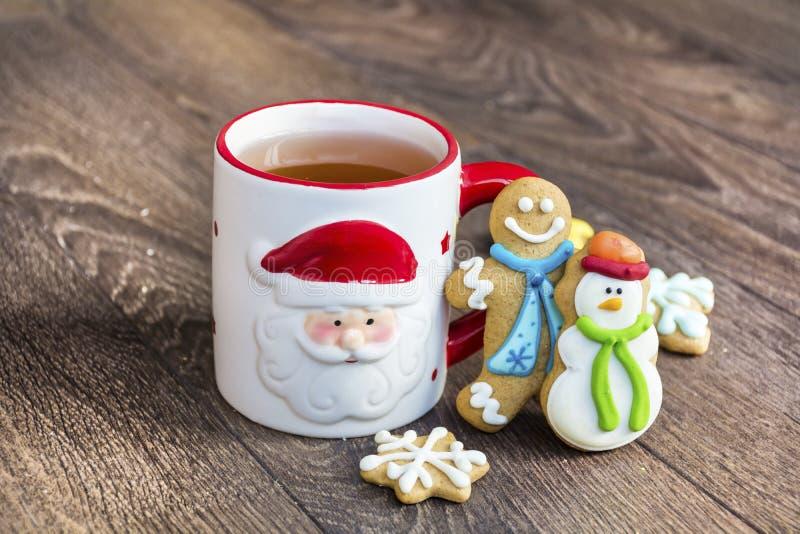 Чай зимы в чашке рождества с печеньями рождества стоковая фотография rf