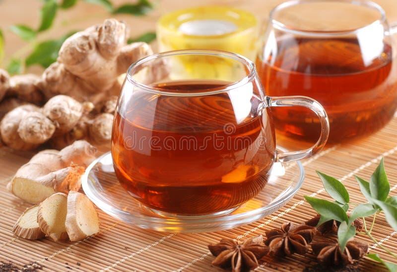 Чай имбиря в стеклянной чашке стоковое фото rf
