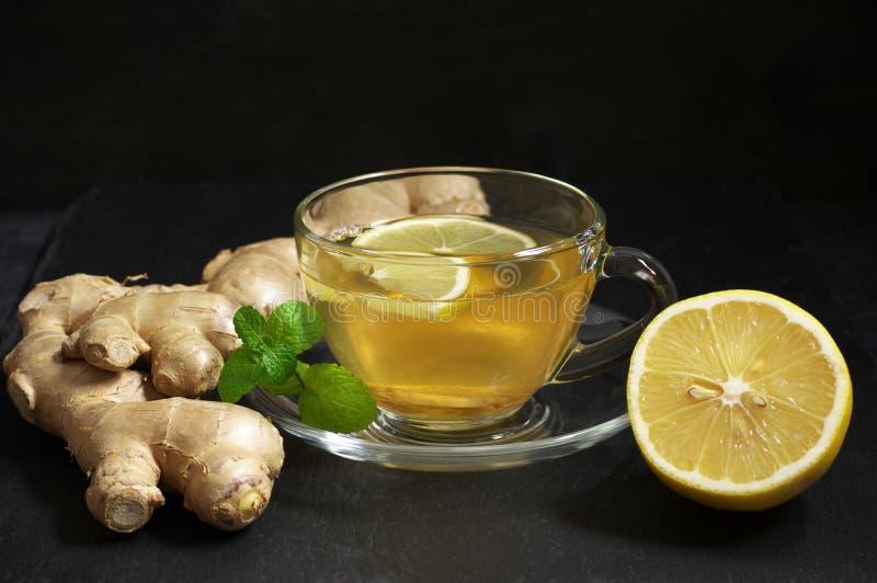 Чай имбиря с лимоном в стеклянной чашке стоковая фотография rf