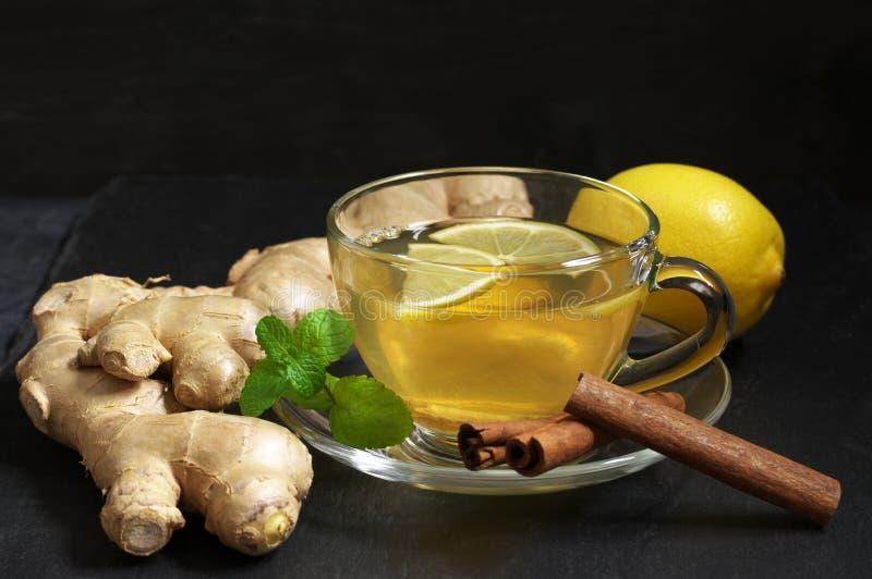 Чай имбиря с лимоном в стеклянной чашке стоковые фото