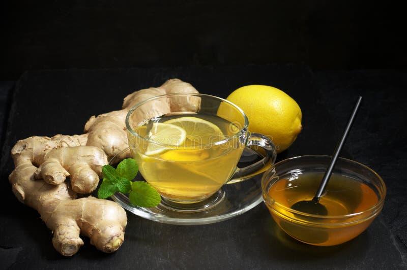 Чай имбиря с лимоном в стеклянной чашке стоковые изображения