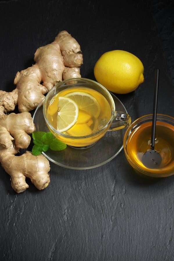 Чай имбиря с лимоном в стеклянной чашке стоковые фотографии rf