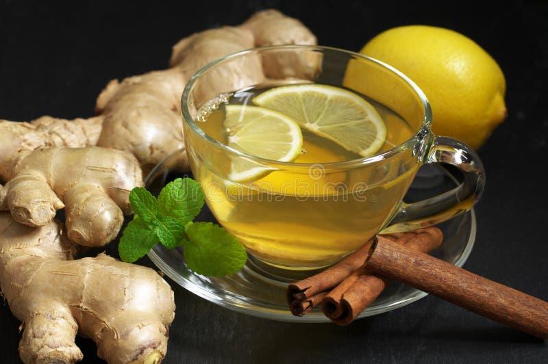 Чай имбиря с лимоном в стеклянной чашке стоковое изображение