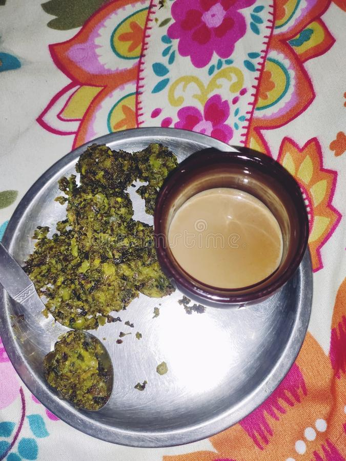 Чай и ваше любимое papa& x27; блюдо s ручной работы на идеальный дождливый день какое идеальное комбинированное предложение стоковые фото