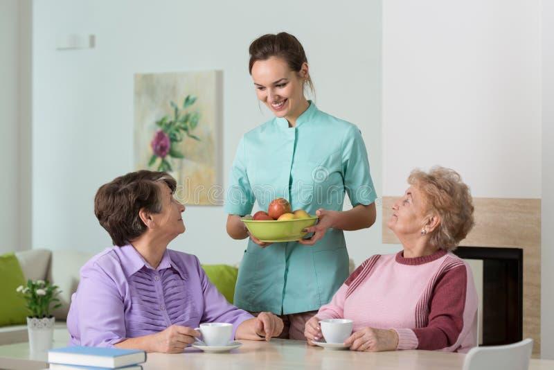 Чай и закуски сервировки медсестры стоковые фотографии rf