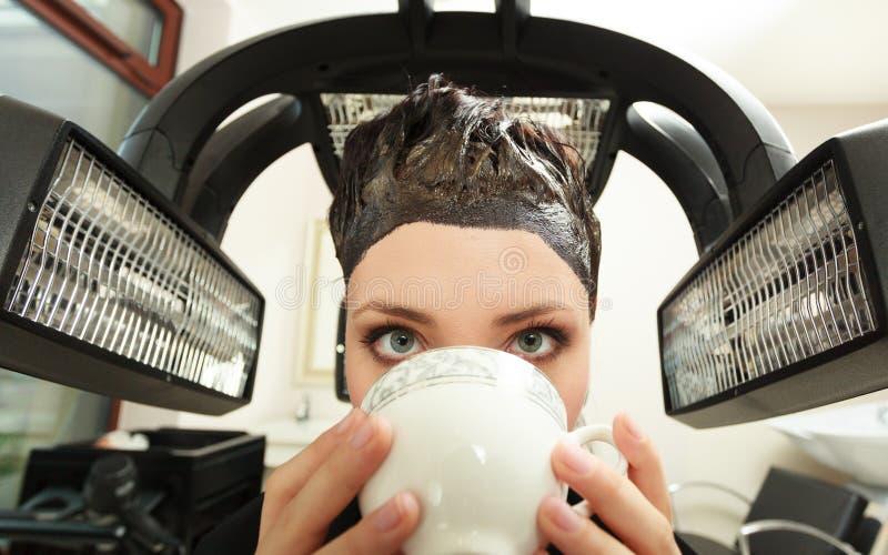 Чай кофе женщины выпивая в салоне красоты волос. парикмахером. стоковое изображение rf