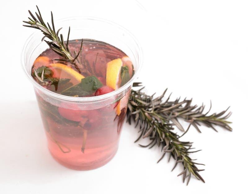 Чай клюквы освежая горячий или холодный в зиме или лете, с лимоном и розмариновым маслом с дополнением мяты стоковое фото rf