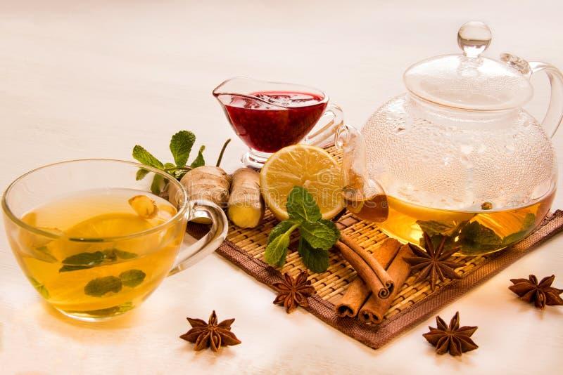 Чай лимона в прозрачной кружке около bacground wite винзавода варенья поленики, мяты и имбиря стеклянного стоковая фотография rf