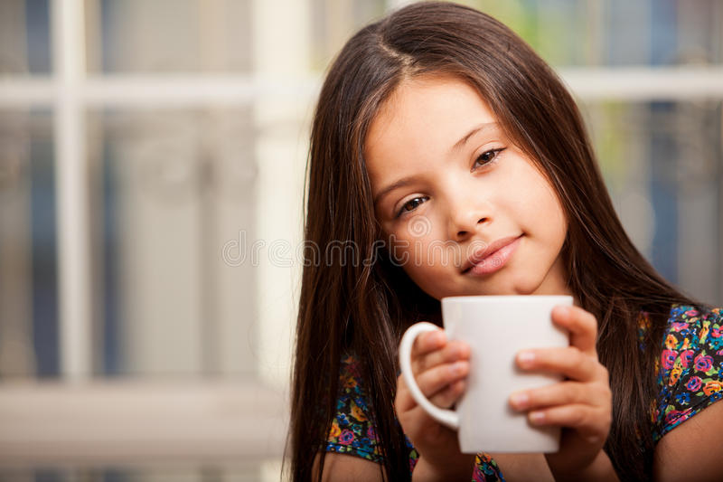 Чай милой маленькой девочки выпивая стоковые фото