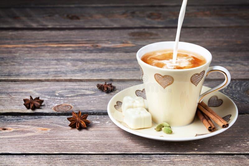 Чай молока Masala индейца с специями стоковые фото