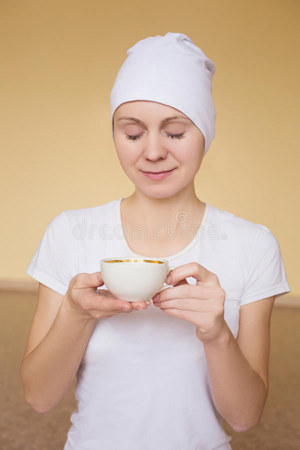 Чай молодой женщины выпивая после йоги стоковое фото rf