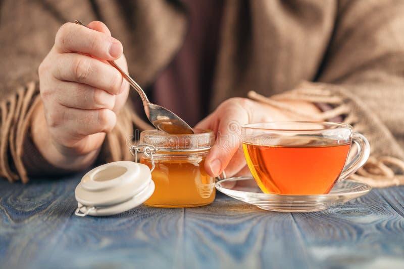 Чай мужского питья горячий в холодном дне стоковые изображения rf