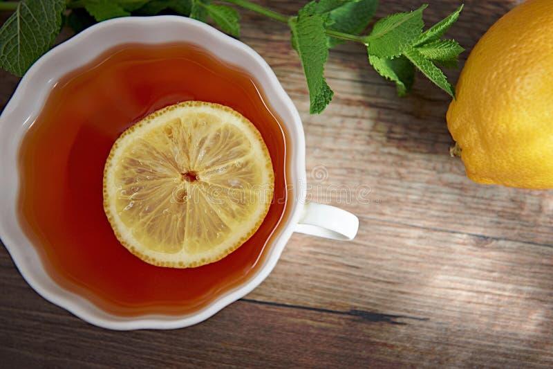 Download Чай мяты с лимоном стоковое изображение. изображение насчитывающей деревянно - 41655627