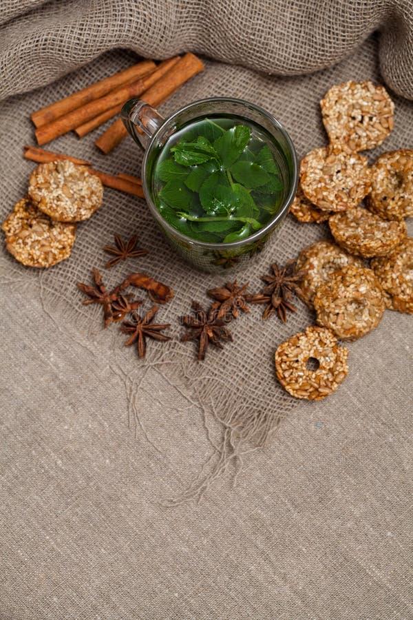 Download чай мяты с печеньями стоковое фото. изображение насчитывающей поддонник - 40582662