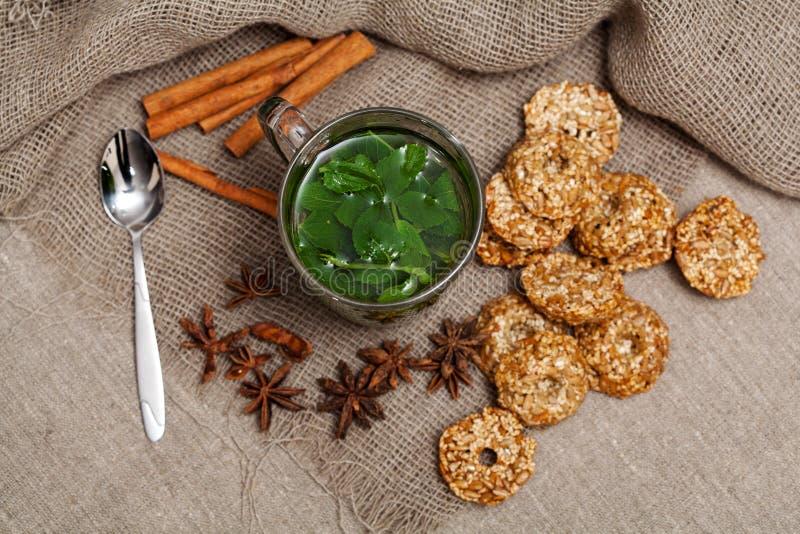 Download чай мяты с печеньями стоковое фото. изображение насчитывающей lifestyles - 40582942
