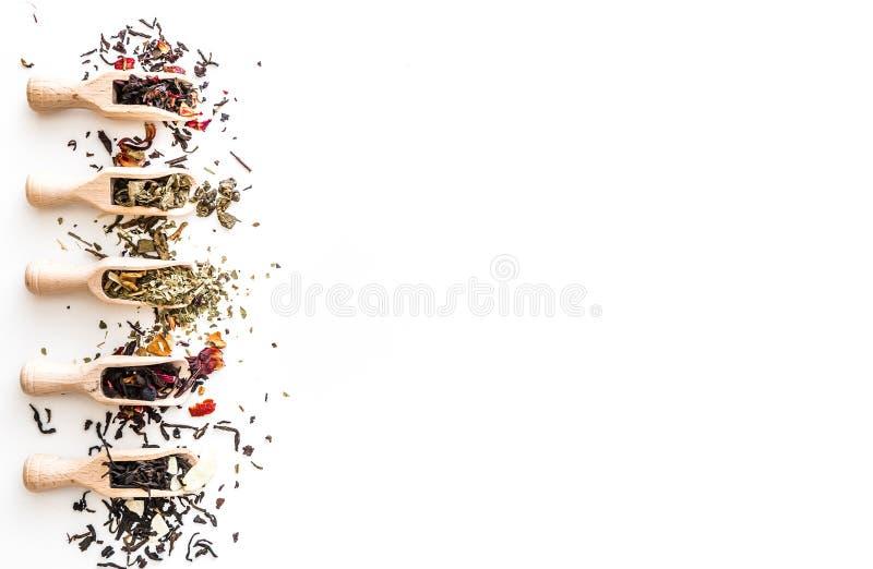 Чай на белой таблице стоковые изображения rf