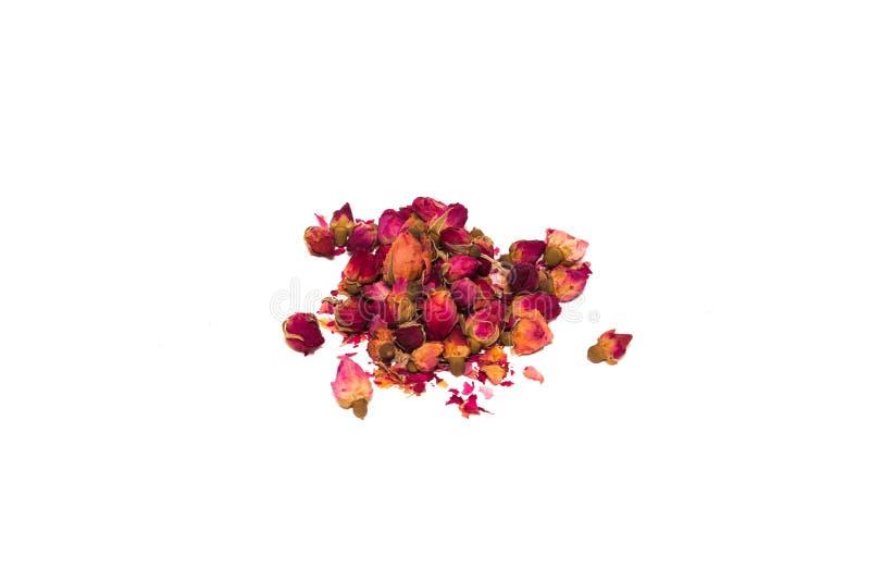 Чай от лепестков и rosebuds разбросанных на таблицу в пуке стоковое фото rf
