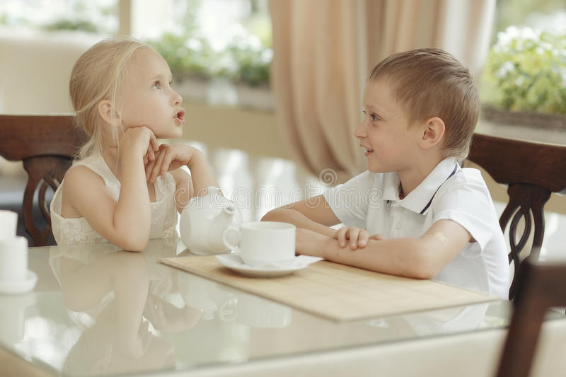 Чай питья детей в кафе стоковое фото rf