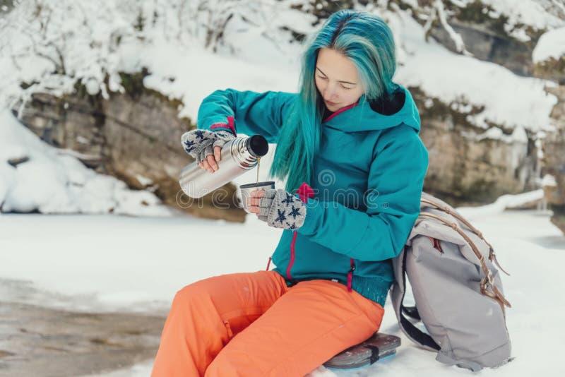 Чай путешественника лить, который будет придавать форму чашки в зиме стоковая фотография rf