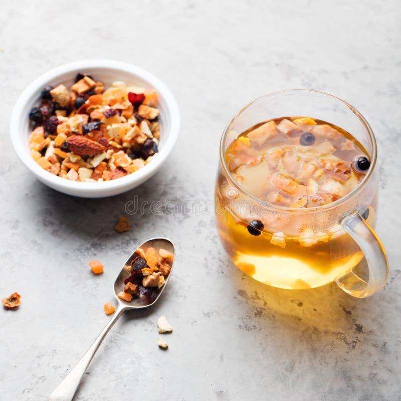 Чай плодоовощ, высушенные плодоовощи и специи, в чашке стоковое фото