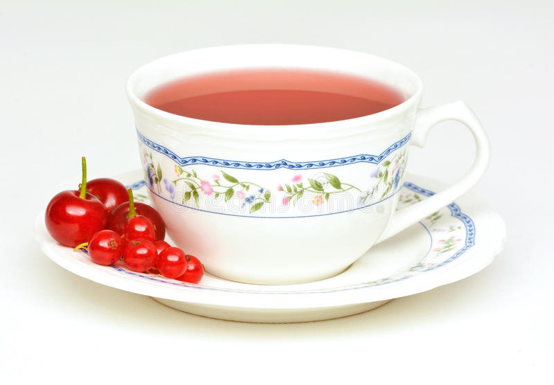 Чай плодоовощ с кислыми вишнями и красной смородиной стоковые фото