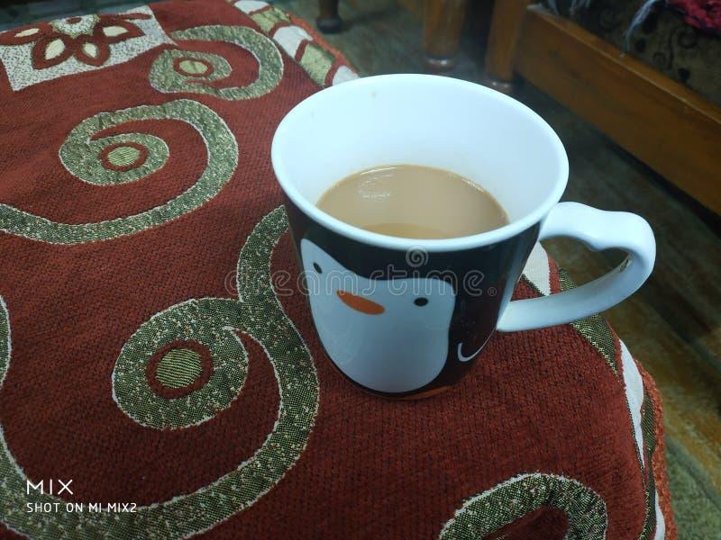 Чай раннего утра в сказочной чашке стоковые фотографии rf