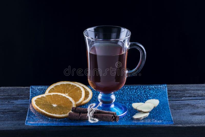 Чай рождества горячий с апельсином, имбирем и циннамоном стоковая фотография
