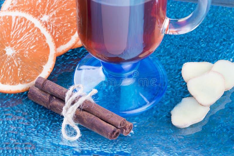 Чай рождества горячий с апельсином, имбирем и циннамоном стоковые фотографии rf