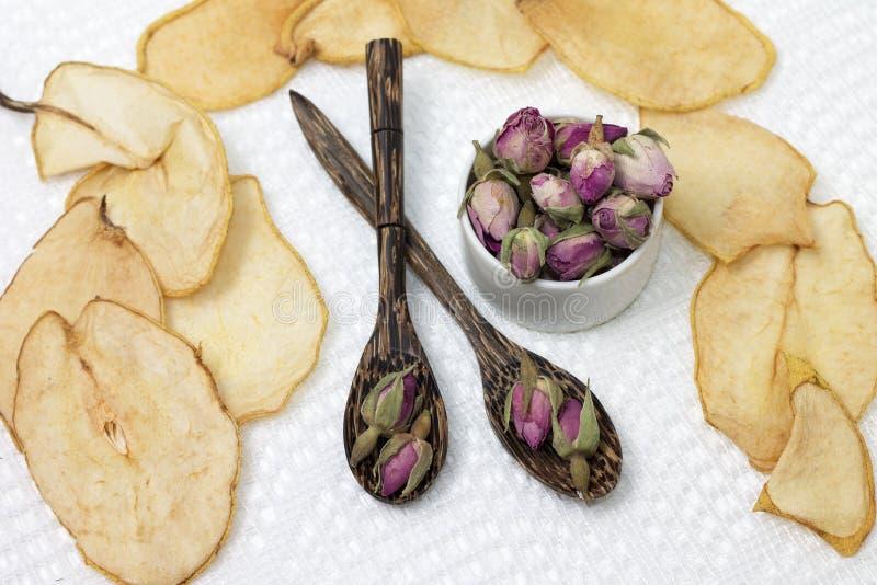 Чай сделал из бутонов роз и высушенных плодов стоковые изображения