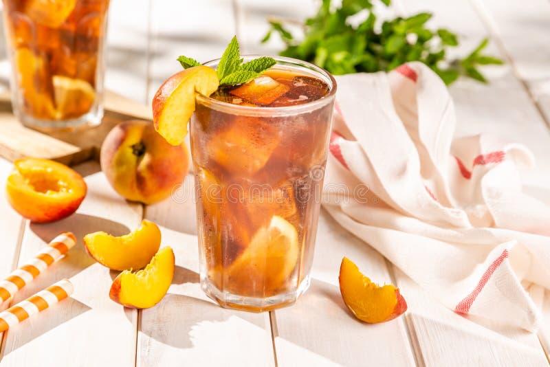 Чай со льдом и ингредиенты в стеклах на деревянной предпосылке стоковая фотография rf