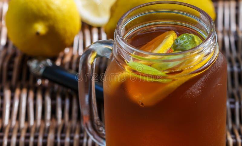 Чай со льдом с лимоном и персиком в опарнике каменщика стоковое изображение