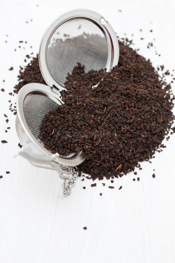 чай стрейнера свежих листьев следующий к стоковое изображение