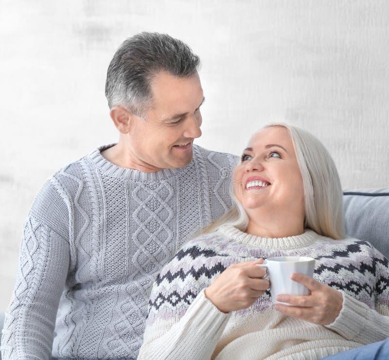 Чай счастливых зрелых пар выпивая стоковое изображение