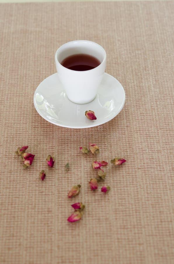 Чай сделанный от лепестков розы чая стоковое изображение rf
