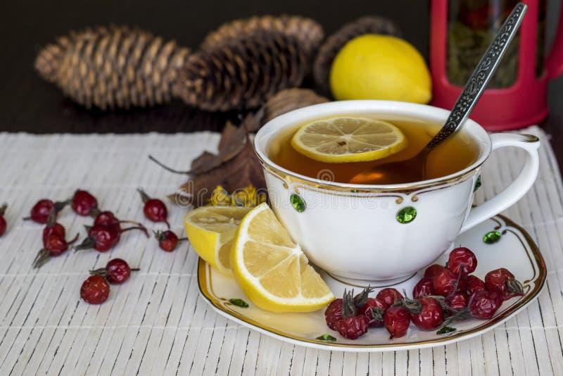 Чай с лимоном Полезные продукты осенью стоковое фото