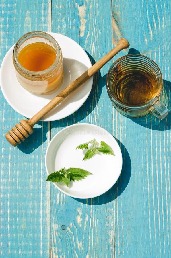 чай с мятой и медом на деревянной голубой таблице r стоковая фотография